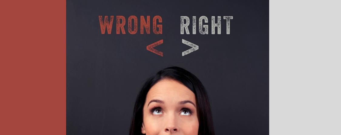 """Femme avec au dessus """"wrong"""" et """"right"""""""